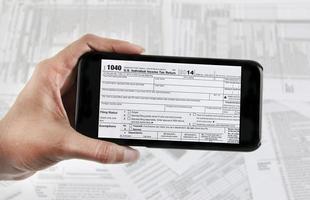 archivo electrónico de impuestos con dispositivo móvil foto