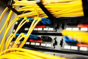 fibra óptica con servidores en un centro de datos de tecnología foto