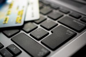 concepto de compras en línea con teclado y tarjeta de crédito
