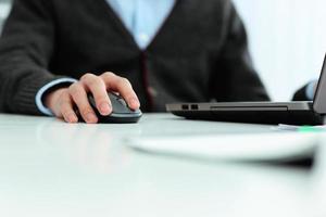 empresario informal trabajando en la computadora portátil