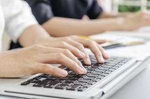 escribiendo en la computadora portátil foto