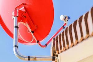 antena parabólica y antenas de televisión en el techo de la casa foto