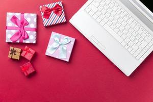 algunos regalos y cuaderno blanco foto