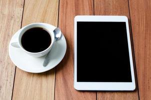 tableta vacía y una taza de café foto
