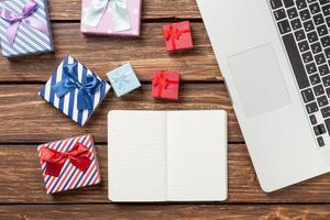 nota con regalos y laptop foto