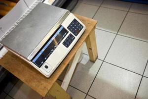 vista de alto ângulo da máquina de pesagem no banquinho no supermercado