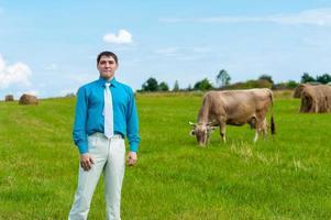 joven empresario con agricultura en el fondo de hierba foto