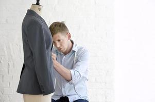 hombre trabajando en traje en estudio foto