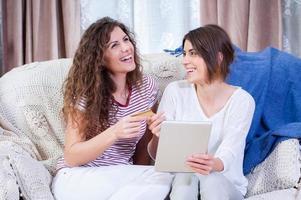 chicas haciendo compras en línea en la tableta foto