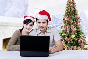 hispanos con laptop disfrutan el día de navidad