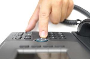 la mano del hombre está marcando un número de teléfono, vista superior foto
