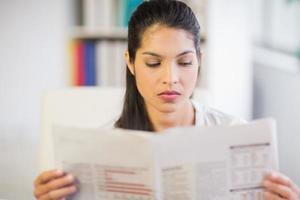 Empresaria leyendo periódico