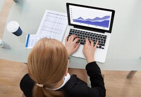 Empresaria usando laptop foto