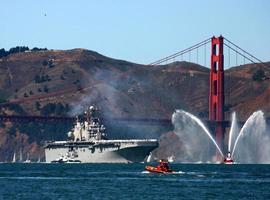 portaaviones bajo el puente Golden Gate