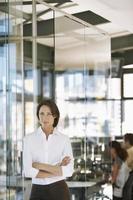 Confianza empresaria con colegas en segundo plano. foto