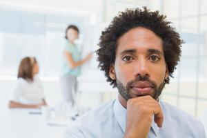 ernstige zakenman met collega's in vergadering op kantoor