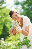 mujer plantar hierbas en el jardín foto