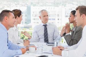 equipo de negocios que tiene una reunión