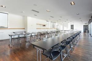 gran sala de conferencias lista para reuniones de negocios foto