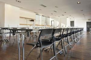 moderna sala de conferencias lista para reunirse foto
