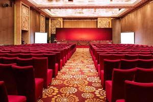 Sala de conferencias interior y sillas.