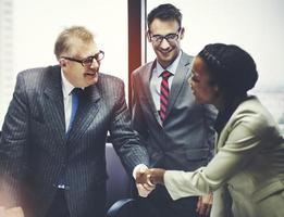 concepto de negocio saludo saludo apretón de manos peope