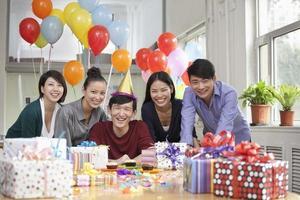felices empresarios en fiesta de oficina foto