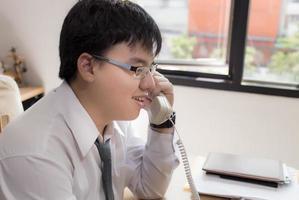 concepto de negocio, personas y comunicación - empresario llamando foto