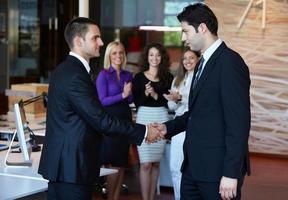 gente de negocios dándose la mano foto