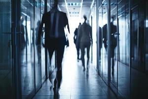 uomini d'affari in corridoio