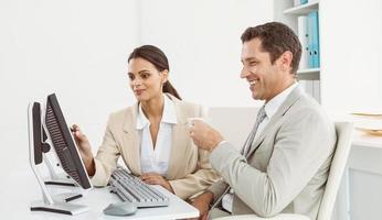 mensen uit het bedrijfsleven met behulp van computer op kantoor
