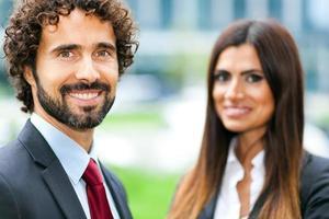 dois empresários ao ar livre