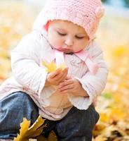 kleine baby in het park