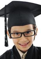 Diploma de graduarse pequeño estudiante niño, escuela primaria exitosa foto