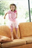 jovencita divirtiéndose en el sofá