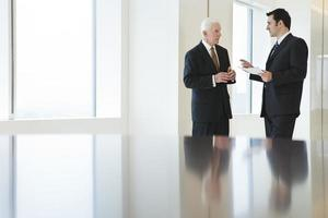 van twee zakenlieden bespreken document in een kantoor.
