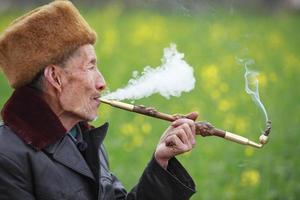 homem sênior de fumar