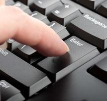 dedo mujer presiona una tecla en la macro del teclado