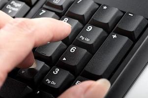 dedo mujer hace clic en los números en macro de teclado
