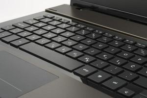 Abra la computadora portátil que muestra el teclado y el mouse pad