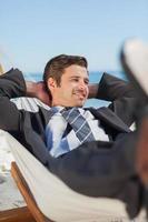 hombre de negocios feliz tumbado en la hamaca