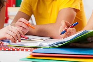 estudiantes haciendo tarea