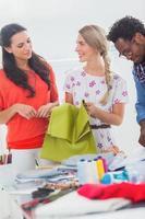 tres diseñadores de moda con textiles foto