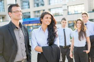 giovani soci d'affari fuori in città sorridendo