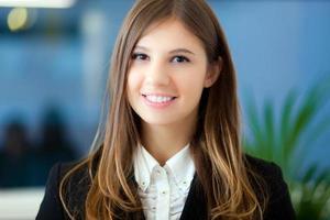 Retrato de empresaria sonriente foto