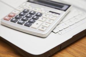 calculadora e laptop