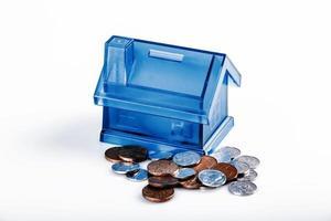 caja de dinero de la casa azul sobre fondo blanco foto