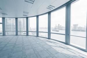 sala de oficina vacía en edificios de oficinas modernos
