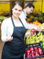 trabajadores del mercado con surtido foto