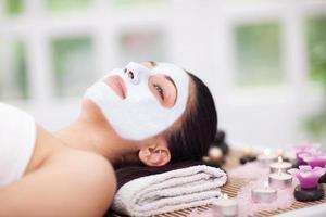 bella mujer con tratamientos de belleza en el salón de spa foto